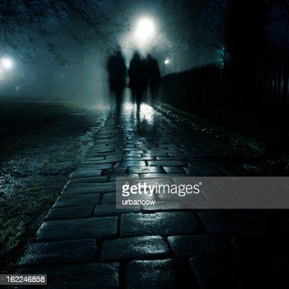暗い霧の歩道