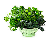 Verduras de hojas verdes verde oscuros en colador