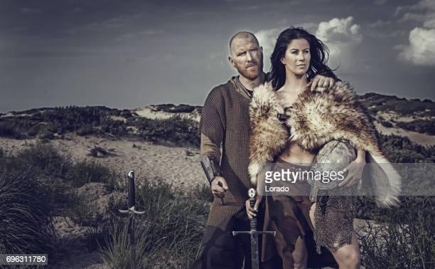 Dunklen Haaren Wikinger Frau und kahlen Viking Mann zusammen im Sand