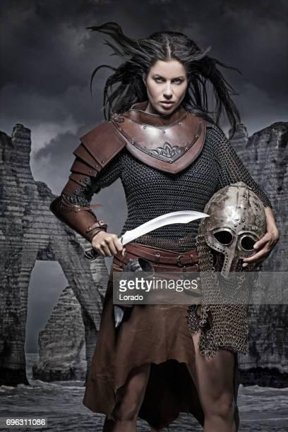 スタジオの設定で暗い髪のバイキング女性