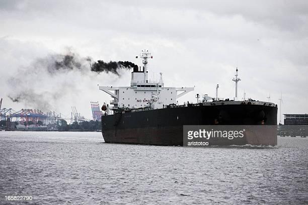 ダーク石油タンカー船に煙トレイル