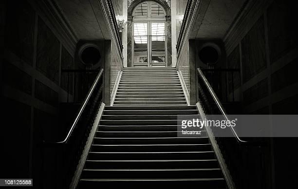 Escalier dans le bâtiment sombre, noir et blanc