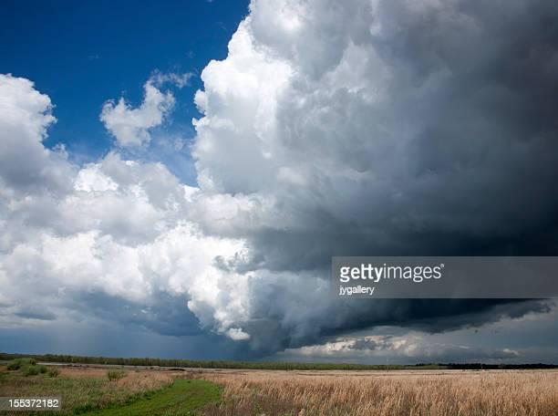 Escuro nuvens de tempestade sobre Campo
