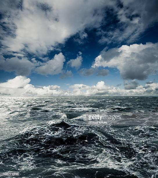 Oscuro aguas vehemente al mar