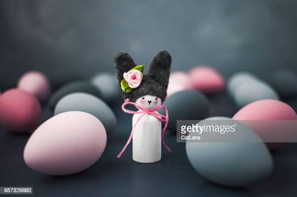 Dunkel getönten Ostern-Stillleben mit Hand bemalt Ombre Eiern