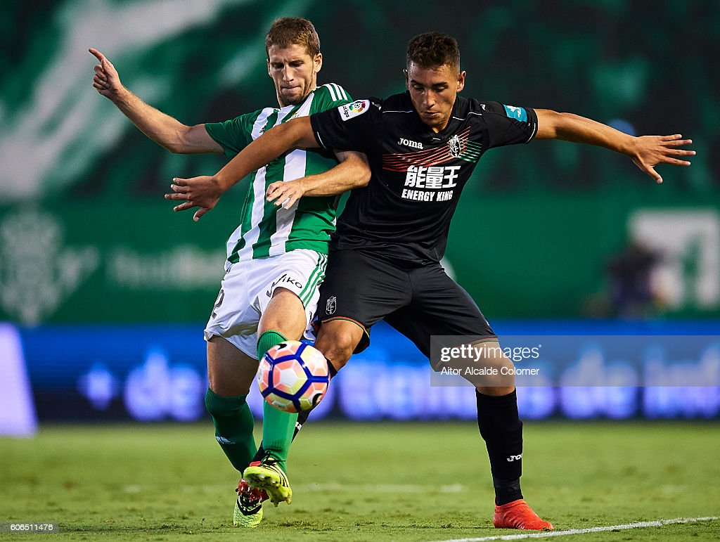 Darko Branasac of Real Betis Balompie (L) competes for the ball with Ezequiel Ponce of Granada CF (R) during the match between Real Betis Balompie and Granada CF as part of La Liga at Benito Villamarin stadium on September 16, 2016 in Seville, Spain.