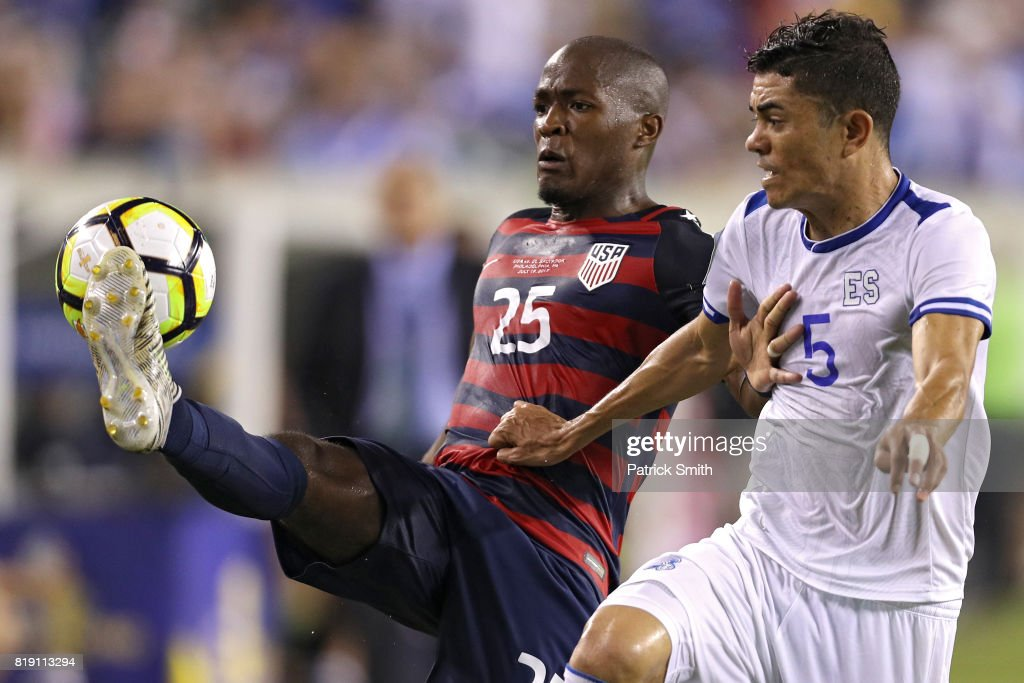 Darlington Nagbe #25 of the United States controls the ball in front of Ivan Mancia #5 of El Salvador in the second half during the 2017 CONCACAF Gold Cup Quarterfinal at Lincoln Financial Field on July 19, 2017 in Philadelphia, Pennsylvania.