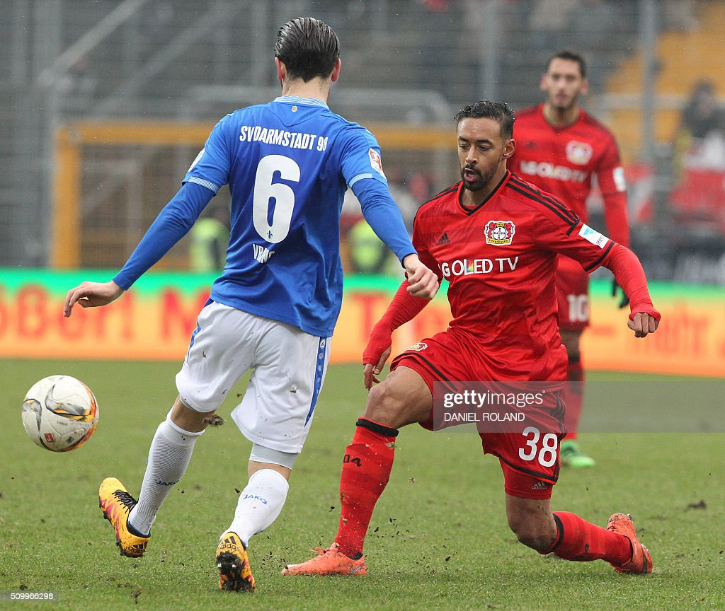 Darmstadt's midfielder Mario Vrancic (L) ad Leverkusen's midfielder Karim Bellarabi vie for the ball during the German first division Bundesliga football match of SV Darmstadt 98 vs Bayer 04 Leverkusen in Darmstadt, western Germany, on February 13, 2016. / AFP / DANIEL ROLAND /