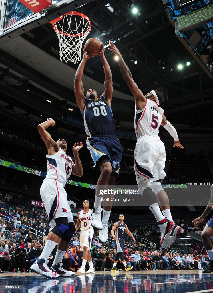 <a gi-track='captionPersonalityLinkClicked' href=/galleries/search?phrase=Darrell+Arthur&family=editorial&specificpeople=4102032 ng-click='$event.stopPropagation()'>Darrell Arthur</a> #00 of the Memphis Grizzlies goes to the basket against <a gi-track='captionPersonalityLinkClicked' href=/galleries/search?phrase=Josh+Smith+-+Basquetebolista+-+Nascido+em+1985&family=editorial&specificpeople=201983 ng-click='$event.stopPropagation()'>Josh Smith</a> #5 and <a gi-track='captionPersonalityLinkClicked' href=/galleries/search?phrase=Al+Horford&family=editorial&specificpeople=699030 ng-click='$event.stopPropagation()'>Al Horford</a> #15 of the Atlanta Hawks during the game between the Atlanta Hawks and the Memphis Grizzlies on February 6, 2013 at Philips Arena in Atlanta, Georgia.