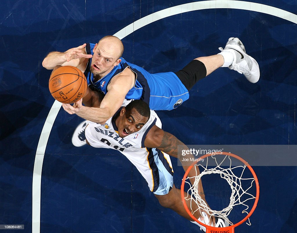 <a gi-track='captionPersonalityLinkClicked' href=/galleries/search?phrase=Darrell+Arthur&family=editorial&specificpeople=4102032 ng-click='$event.stopPropagation()'>Darrell Arthur</a> #00 of the Memphis Grizzlies rebounds against <a gi-track='captionPersonalityLinkClicked' href=/galleries/search?phrase=Brian+Cardinal&family=editorial&specificpeople=202570 ng-click='$event.stopPropagation()'>Brian Cardinal</a> #35 of the Dallas Mavericks on January 15, 2011 at FedExForum in Memphis, Tennessee.