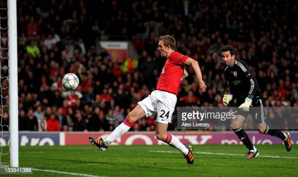 Darren Fletcher of Manchester United beats Artur of SL Benfica to score his team's second goal during the UEFA Champions League Group C match between...