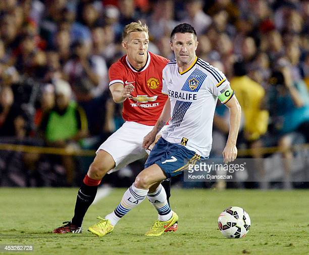 Darren Fletcher of Manchester United defends against Robbie Keane of Los Angeles Galaxy during the preseason friendly match between at the Rose Bowl...