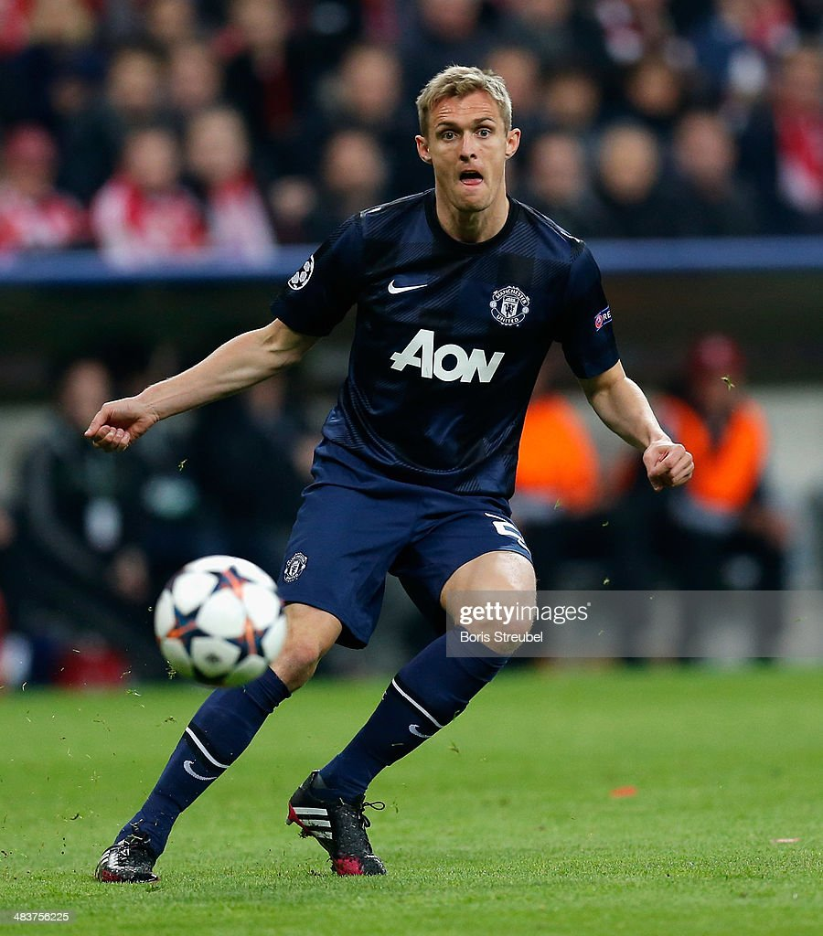 Darren Fletcher of Manchester United runs with the ball during the UEFA Champions League Quarter Final second leg match between FC Bayern Muenchen and Manchester United at Allianz Arena on April 9, 2014 in Munich, Germany.