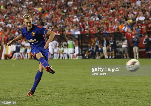Darren Fletcher of Manchester United scores the winning penalty during the preseason friendly between Manchester United and Inter Milan at FedExField...