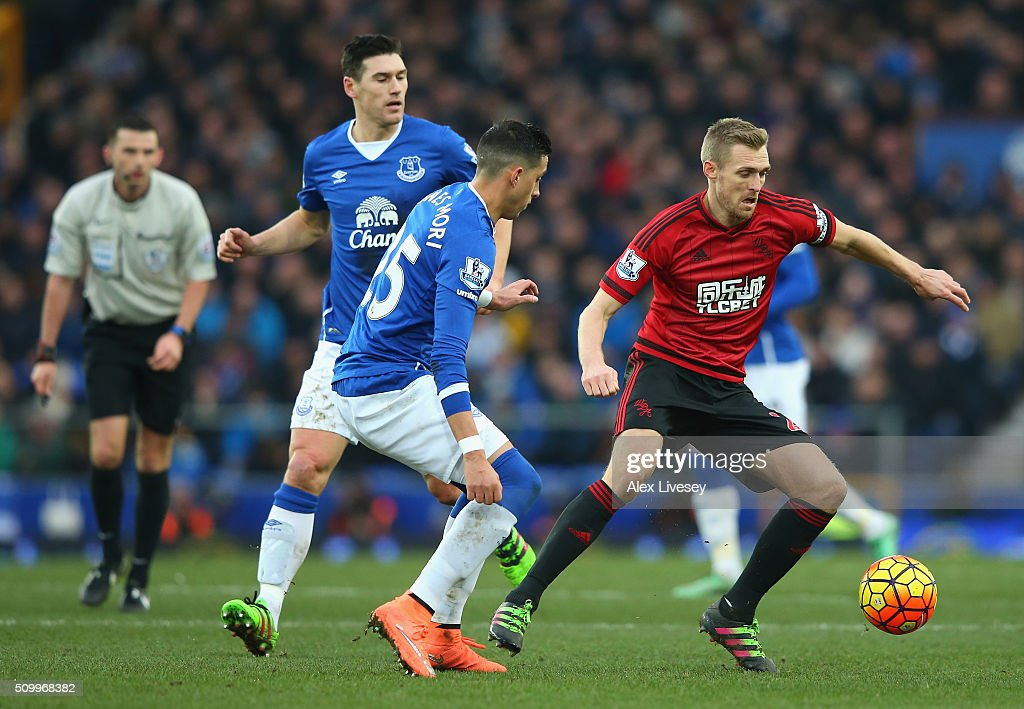 <a gi-track='captionPersonalityLinkClicked' href=/galleries/search?phrase=Darren+Fletcher&family=editorial&specificpeople=171310 ng-click='$event.stopPropagation()'>Darren Fletcher</a> of West Bromwich Albion and <a gi-track='captionPersonalityLinkClicked' href=/galleries/search?phrase=Ramiro+Funes+Mori&family=editorial&specificpeople=9190139 ng-click='$event.stopPropagation()'>Ramiro Funes Mori</a> of Everton compete for the ball during the Barclays Premier League match between Everton and West Bromwich Albion at Goodison Park on February 13, 2016 in Liverpool, England.