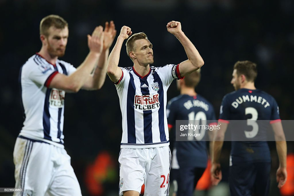 <a gi-track='captionPersonalityLinkClicked' href=/galleries/search?phrase=Darren+Fletcher&family=editorial&specificpeople=171310 ng-click='$event.stopPropagation()'>Darren Fletcher</a> of West Bromwich Albion applauds fans after his team's 1-0 win in the Barclays Premier League match between West Bromwich Albion and Newcastle United at The Hawthorns on December 28, 2015 in West Bromwich, England.