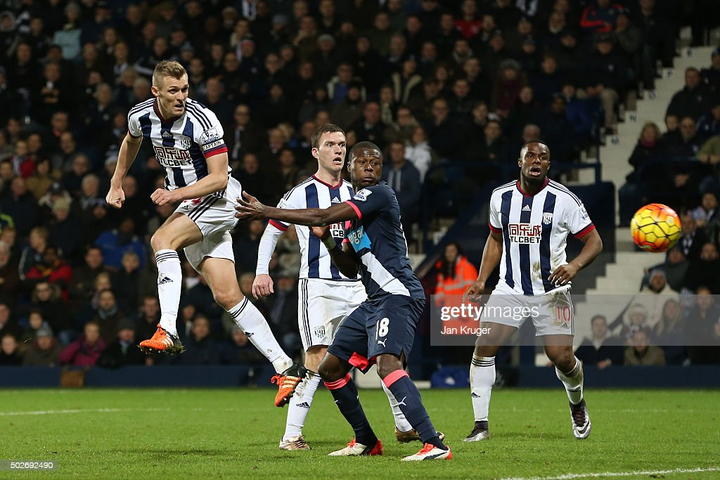 <a gi-track='captionPersonalityLinkClicked' href=/galleries/search?phrase=Darren+Fletcher&family=editorial&specificpeople=171310 ng-click='$event.stopPropagation()'>Darren Fletcher</a> (1st L) of West Bromwich Albion heads the ball to score his team's first goal during the Barclays Premier League match between West Bromwich Albion and Newcastle United at The Hawthorns on December 28, 2015 in West Bromwich, England.