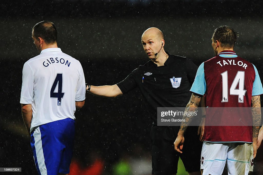 <a gi-track='captionPersonalityLinkClicked' href=/galleries/search?phrase=Darron+Gibson&family=editorial&specificpeople=744328 ng-click='$event.stopPropagation()'>Darron Gibson</a> of Everton is sent off by match referee Anthony Taylor following his challenge on Mark Noble of West Ham United during the Barclays Premier League match between West Ham United and Everton at the Boleyn Ground on December 22, 2012 in London, England.