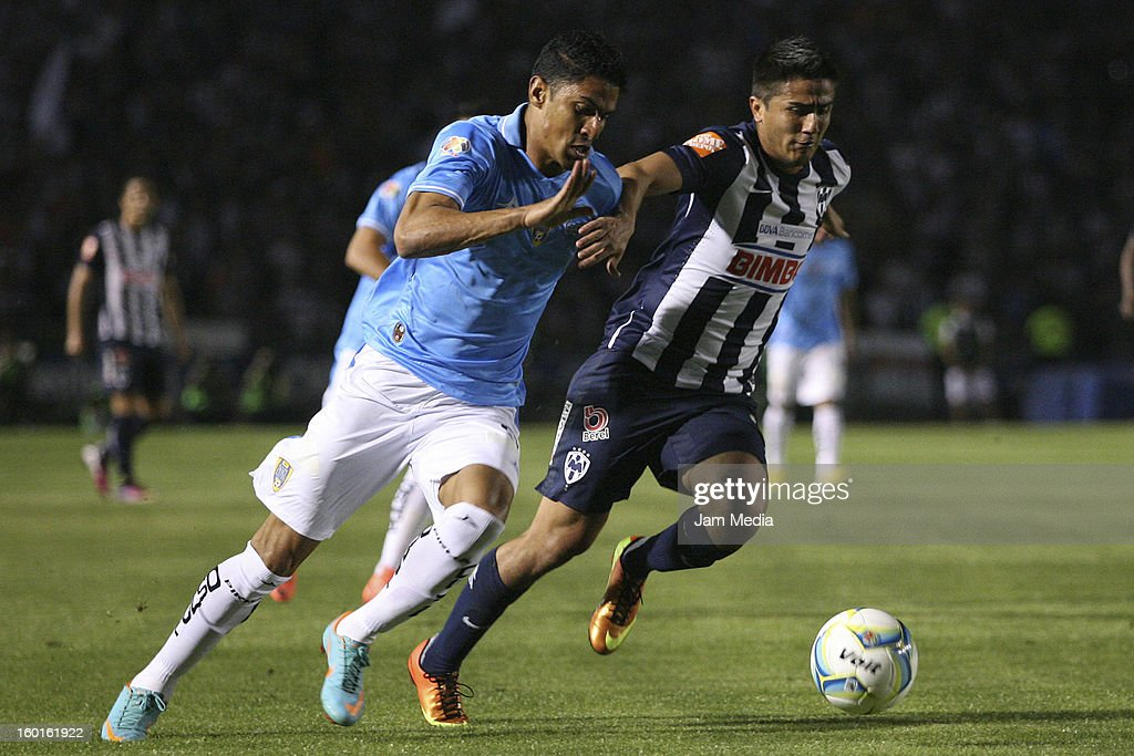 <a gi-track='captionPersonalityLinkClicked' href=/galleries/search?phrase=Darvin+Chavez&family=editorial&specificpeople=5714080 ng-click='$event.stopPropagation()'>Darvin Chavez</a> (R) of Monterrey struggles for the ball with Santiago Trellez (L) of San Luis during a match between Monterrey v San Luis as part of the Clausura 2013 Liga MX at Tecnologico Stadium on January 26, 2013 in Monterrey, Mexico.