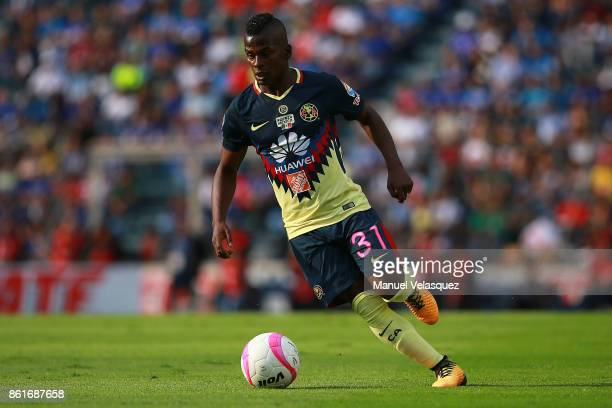 Darwin Quintero of America drives the ball during the 13th round match between Cruz Azul and America as part of the Torneo Apertura 2017 Liga MX at...