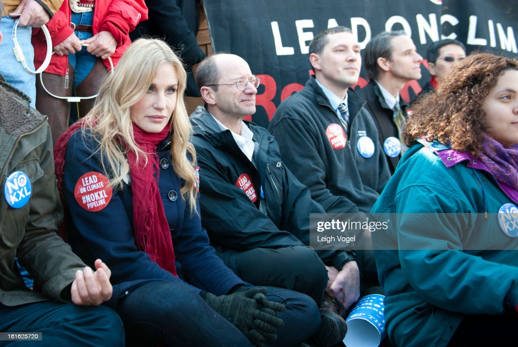 <a gi-track='captionPersonalityLinkClicked' href=/galleries/search?phrase=Daryl+Hannah&family=editorial&specificpeople=201860 ng-click='$event.stopPropagation()'>Daryl Hannah</a> protests against Keystone XL Pipeline at Lafayette Park on February 13, 2013 in Washington, DC.