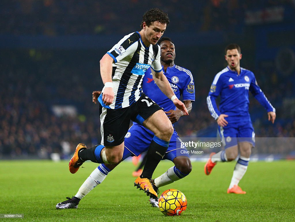 <a gi-track='captionPersonalityLinkClicked' href=/galleries/search?phrase=Daryl+Janmaat&family=editorial&specificpeople=6134960 ng-click='$event.stopPropagation()'>Daryl Janmaat</a> of Newcastle United and <a gi-track='captionPersonalityLinkClicked' href=/galleries/search?phrase=Baba+Rahman&family=editorial&specificpeople=12840345 ng-click='$event.stopPropagation()'>Baba Rahman</a> of Chelsea compete for the ball during the Barclays Premier League match between Chelsea and Newcastle United at Stamford Bridge on February 13, 2016 in London, England.