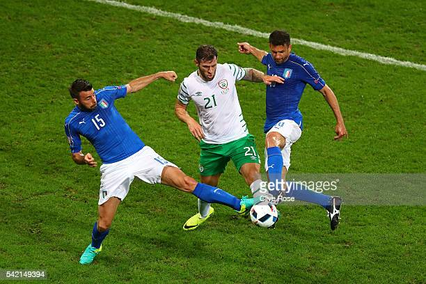 Daryl Murphy of Republic of Ireland competes for the ball against Andrea Barzagli and Thiago Motta of Italy during the UEFA EURO 2016 Group E match...