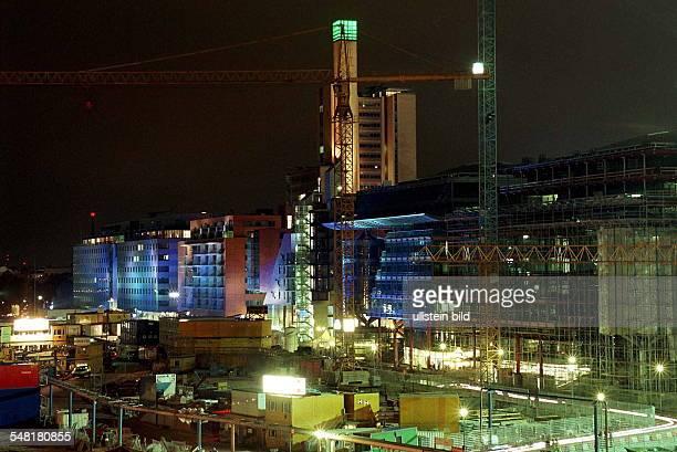 Das Gelände von Daimler Benz in der Nacht der Eröffnung einige Gebäude sind durch eine Lasershow blau illuminiert Nachtaufnahme