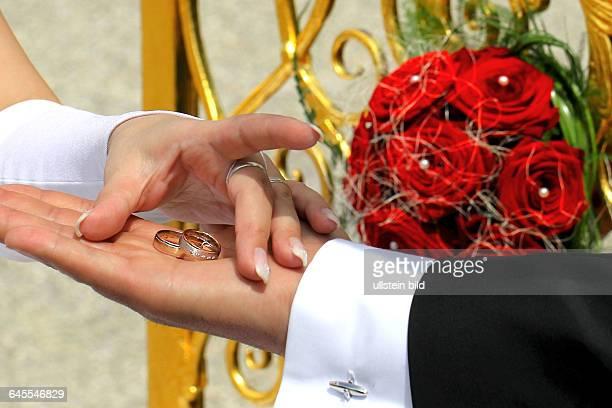 Das Goldene Tor in den Herrenhäuser Gärten in Hannover hier mit einem Hochzeitsstrauss und Eheringe vom Brautpaar