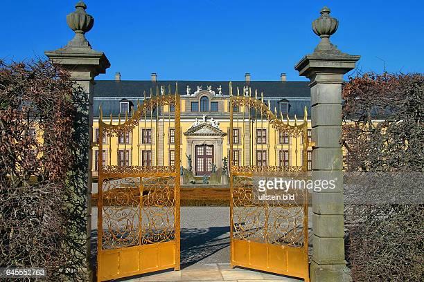 Das Goldene Tor mit der Orangerie in den Herrenhäuser Gärten in Hannover