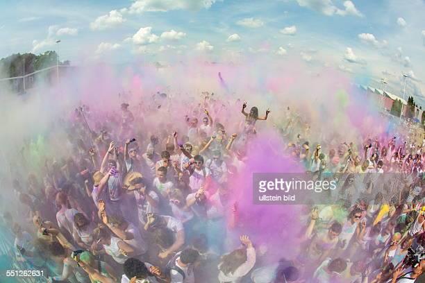 Das Holi Festival of Colours macht Station auf dem Messegelände Saarbrücken Rund 5000 Menschen feiern bis zum Abend mit unzähligen Farbbeuteln die zu...