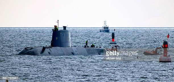 Das israelische UBoot Tanin laeuft unter umfangreichem Polizeischutz in den Hafen Sassnitz ein