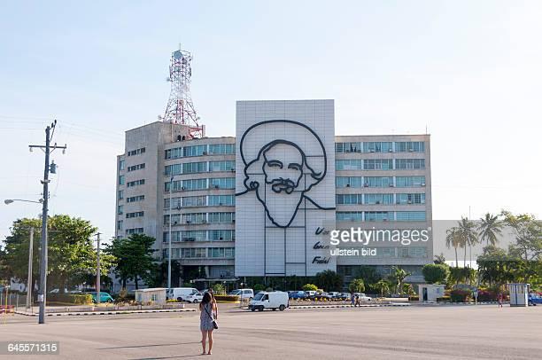 Das kubanische Informationsministerium mit dem Porträt des Revolutionärs Camilo Cienfuegos an der Fassade am auf dem Platz der Revolution in der...