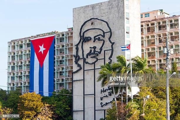 Das kubanische Innenministerium mit kubanischer Flagge und dem Porträt des Revolutionärs Che Guevara an der Fassade am auf dem Platz der Revolution...