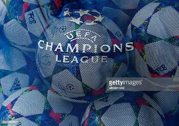Das Logo der UEFA Champions League auf einem Ballsack waehrend dem UEFA Champions League 1/4 Finale Rueckspiel FC Bayern Muenchen gegen Schachtar...