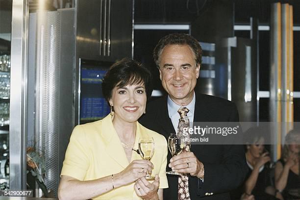 Das Moderatorenehepaar Kurt und Paola Felix Sie halten jeweils ein gefülltes Sektglas in der Hand Beide tragen ein Ansteckmikrophon Aufgenommen Juli...