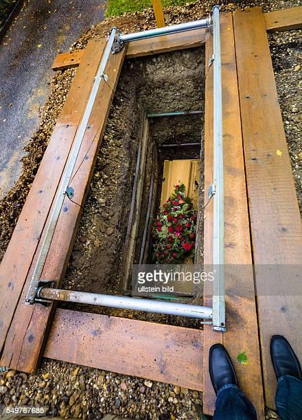 Das offene frische Grab mit Sarg auf einem Friedhof Nach dem Begräbnis