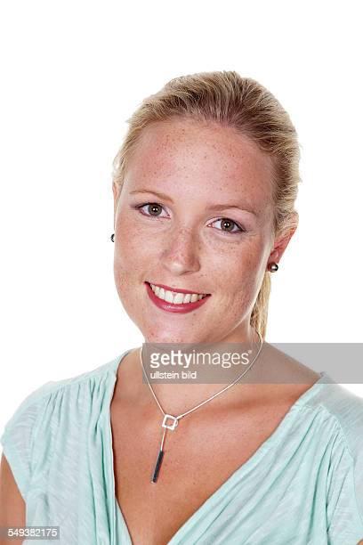 Das Portrait einer jungen Frau Isoliert vor weißem Hintergrund