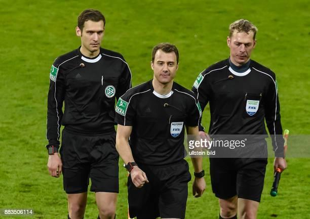 Das Schiedsrichtergespannt mit Schiedsrichter Felix Zwayer Thorsten Schiffner und Christof Guensch verlassen das Spielfeld waehrend dem Fussball...
