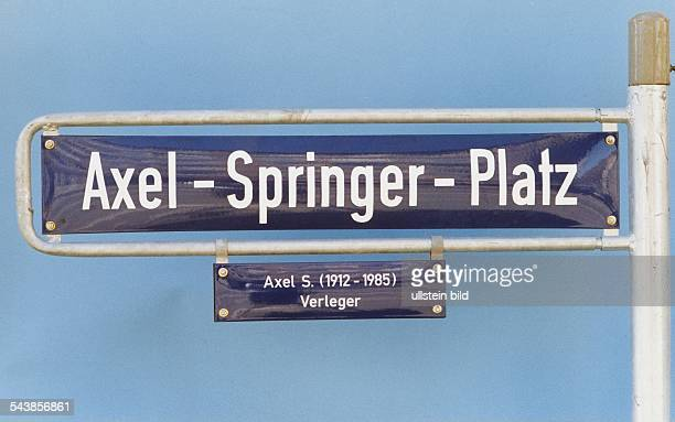 Das Straßenschild 'AxelSpringerPlatz' mit dem Zusatz 'Axel S Verleger' Zu Ehren seiner Person wurde der Platz umbenannt