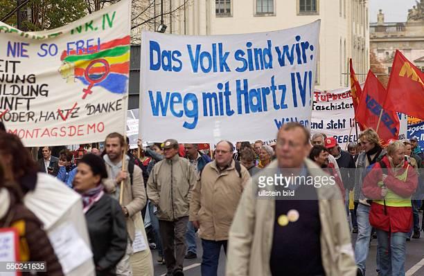 Weg mit Hartz VI fordern Demonstranten anlässlich des Sternmarsches gegen die neue Regierung gegen Hartz IV und Sozialabbau in Berlin