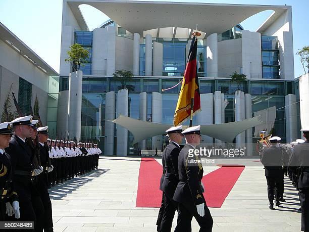 Das Wachbataillon der Bundeswehr verläßt den Ehrenhof des Berliner Bundeskanzleramtes nach dem Empfang des litauischen Ministerpräsidenten