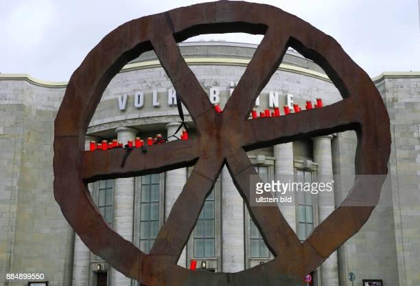 Das Wahrzeichen der Volksbuehne am RosaLuxemburgPlatz im Zeichen der Trauer