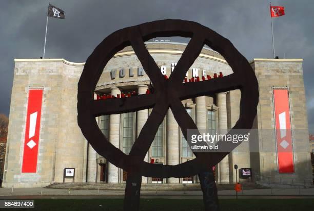 Das Wahrzeichen der Volksbuehne am RosaLuxemburgPlatz mit Kerzen im Zeichen der Trauer und im Gedenken an die Oper der Terroranschläge von Paris