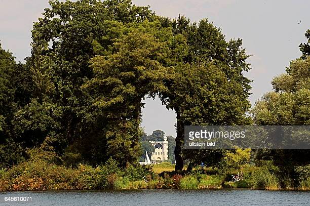 Das weisse Lustschloss aus Holz gebaut vom Hof Tischler und Zimmermann nach Anweisunge des Königs auf der Pfaueninsel in Berlin Wannsee gesehen vom...