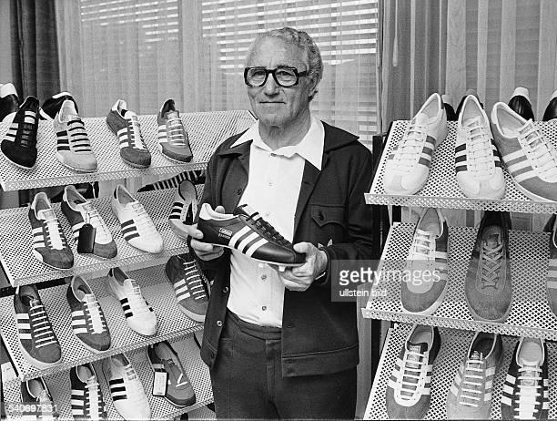 Dassler Adolf *Unternehmer Gruender der Firma 'adidas' D Portrait mit adidas Sportschuhen