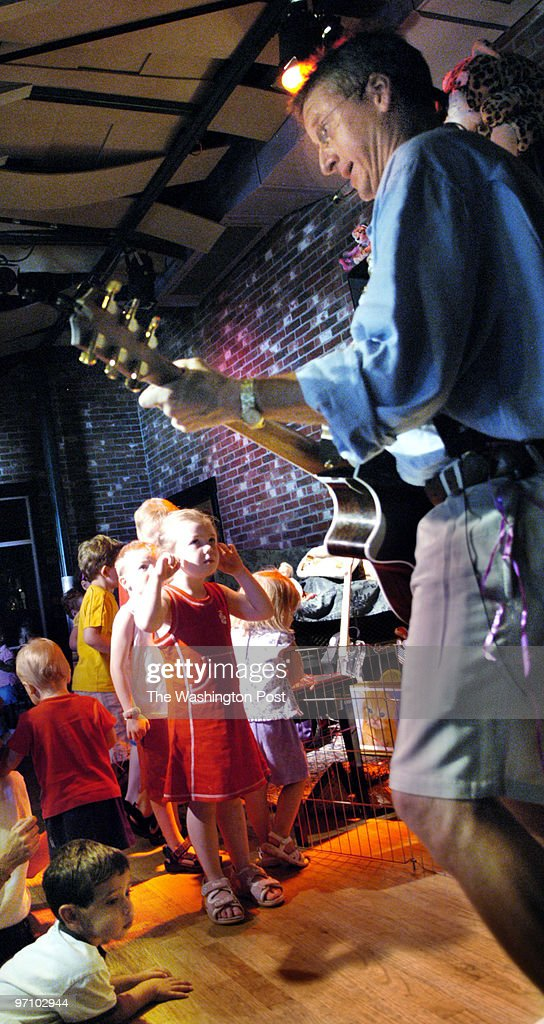 Aug 18 2005 Slug wknjava Neg # 171531 Jammin' Java Coffeeshop Vienna Va Photographer Gerald Martineau Children's guitar concerts at Jammin' Java 'Mr...