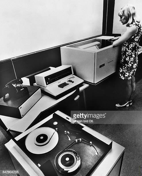Datenfernübertragung mit dem Singer System 4300Magnetbandstation Modem Erfassungsplatz undZeilendrucker 1973