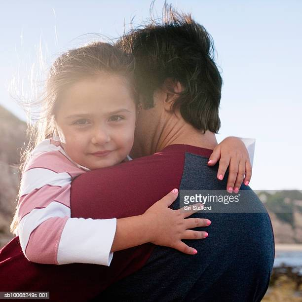 娘(6 ~7 )と父親ぴったりの、女の子カメラ目線、outdo