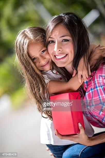 Tochter, die Mutter ein Geschenk für Sie